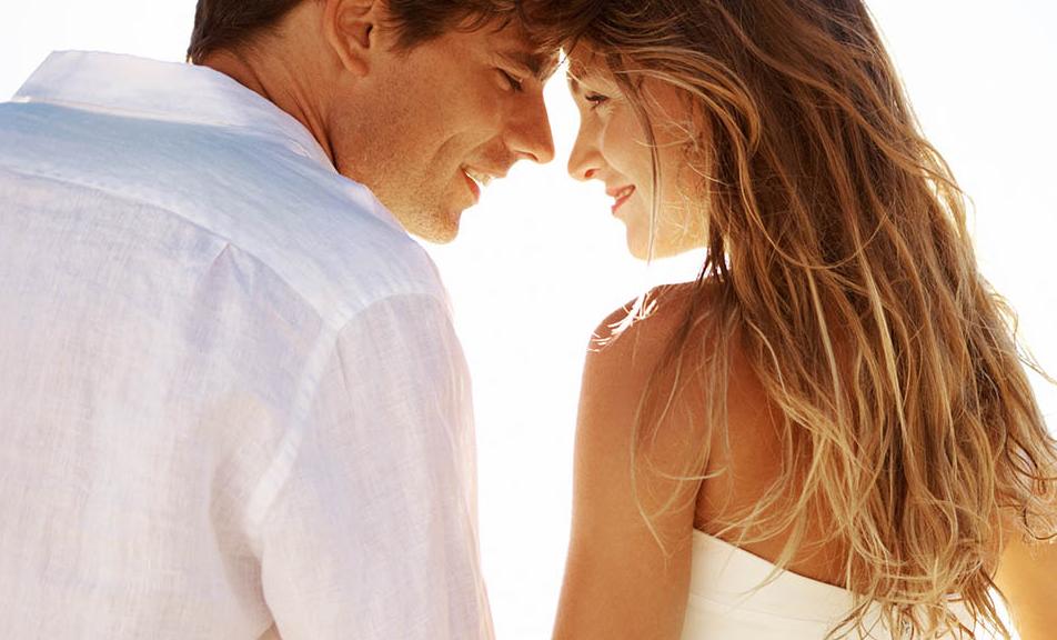 Couple de jeunes mariés